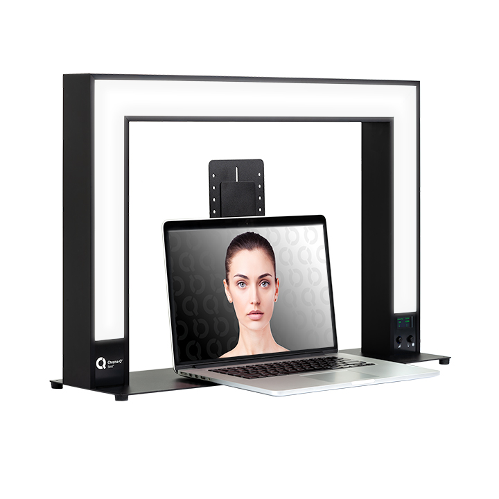 The Chroma-Q® Sandi™ 1622 is a personal LED light for online meetings and much more. With its soft lens diffusion and adjustable colour temperature, Sandi™ helps you look your best for that important online meeting, video, or event.